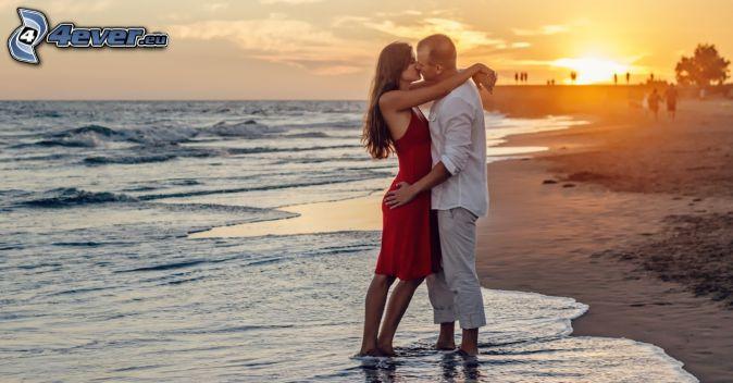 Paar am Meer, Mund, Sonnenuntergang über dem Strand, offenes Meer