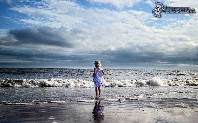Mädchen, Meer, Wolken