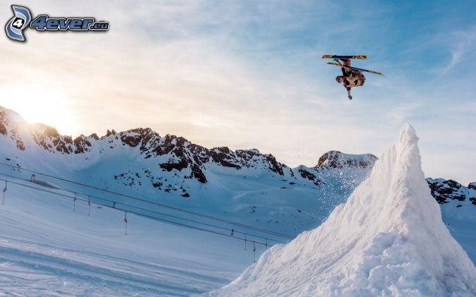 Skisprung, Skifahren, Abhang, schneebedeckte Berge, Sonnenuntergang hinter den Bergen