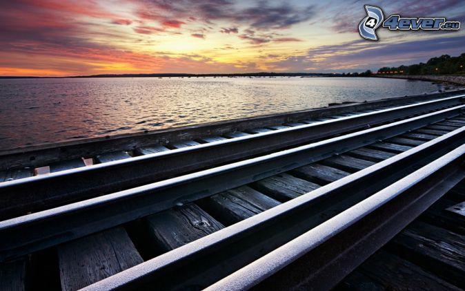 Schienen, See, nach Sonnenuntergang