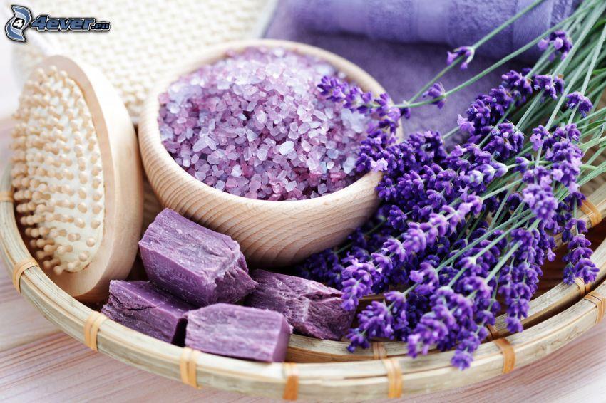 Badesalz, Lavendel, Seife, Bürste, Handtücher