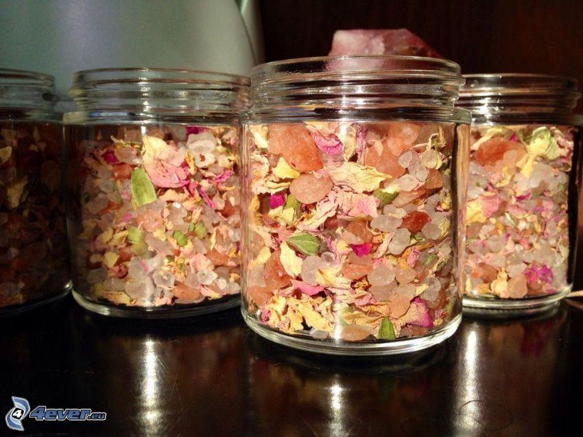 Blütenblätter, Badesalz, Gläser