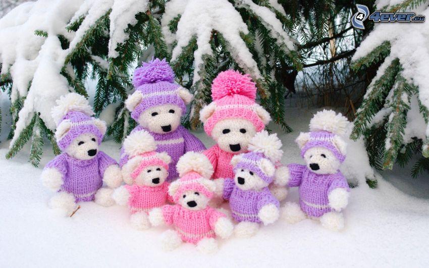 Plüschtiere, verschneiter Nadelbaum, Schnee