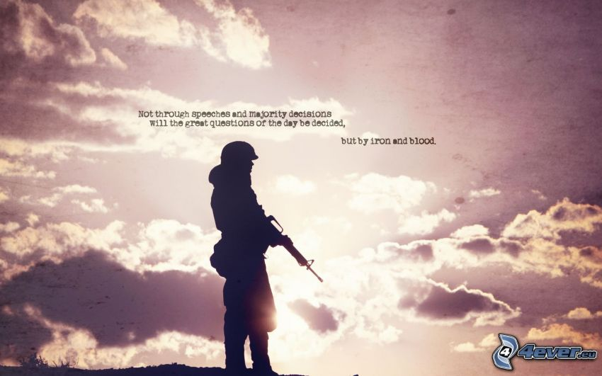 Soldat mit einem Gewehr, Silhouetten, Sonne, Wolken