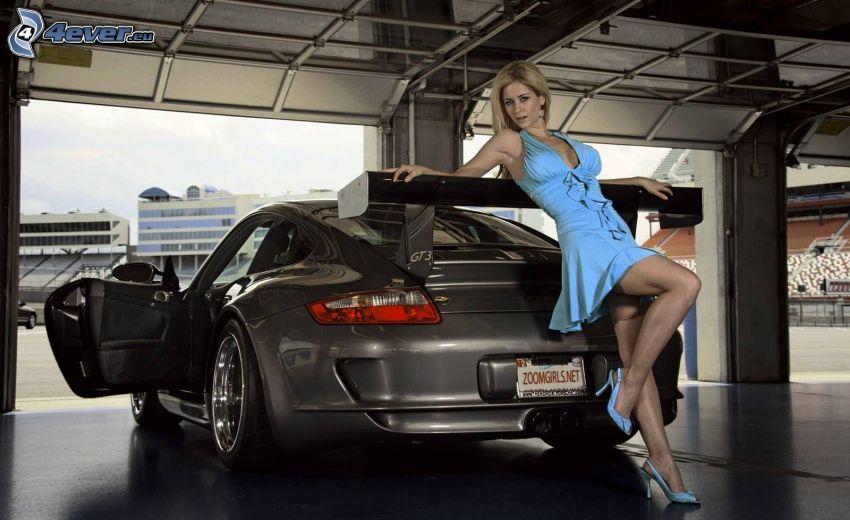 Blondine, blaues Kleid, Porsche 911 GT3