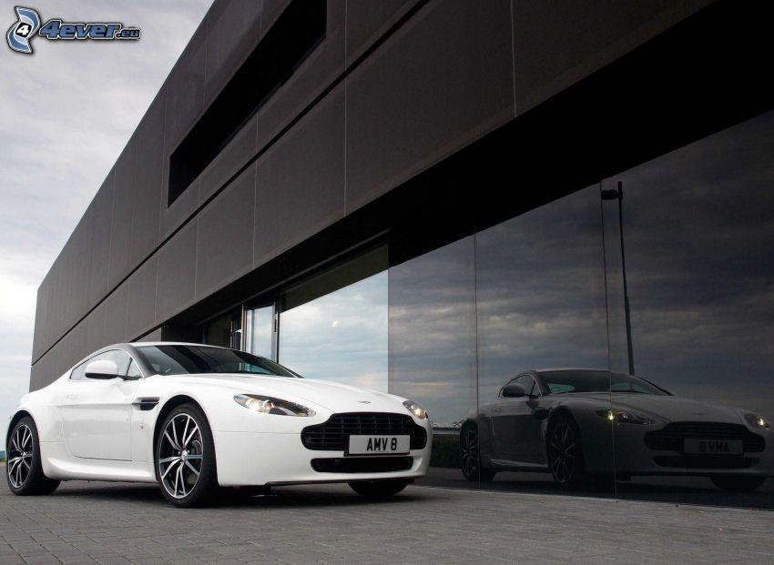 Aston Martin V8 Vantage, Gebäude, Spiegelung