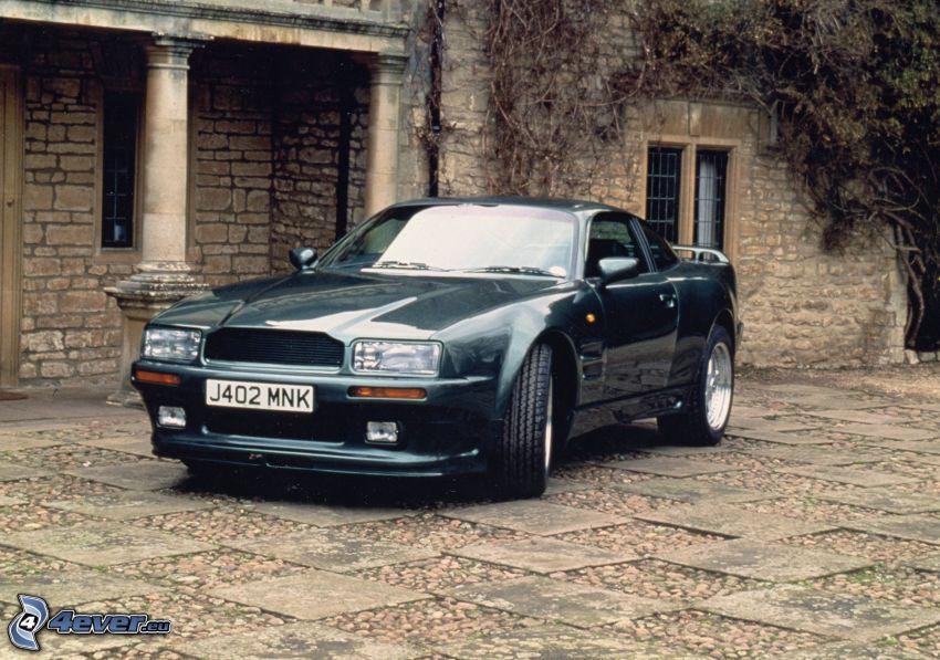 Aston Martin Virage, Oldtimer, Haus, Bürgersteig