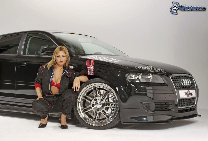 Audi, sexy Blondine, roter Büstenhalter