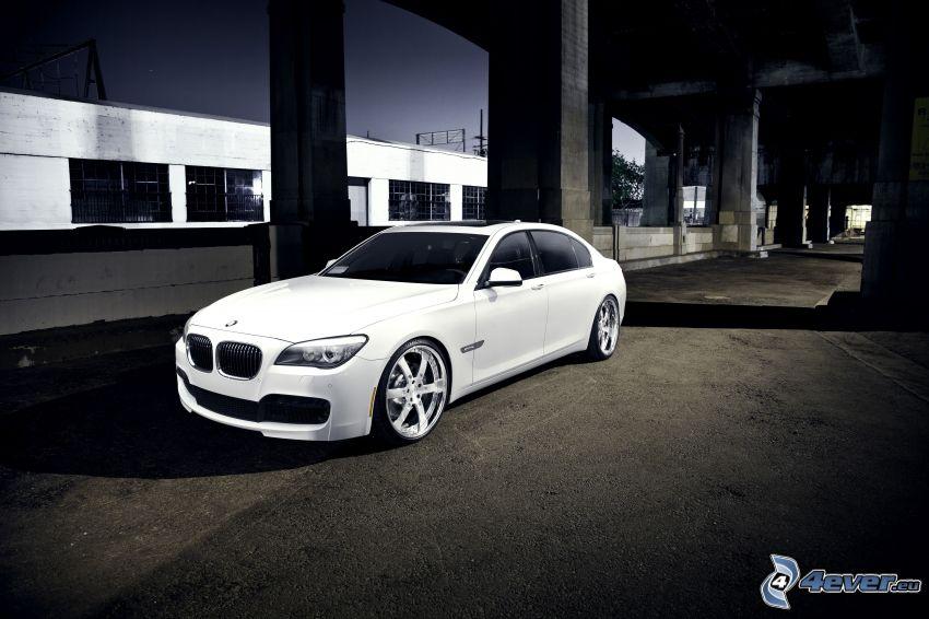 BMW 750 Li, unter der Brücke