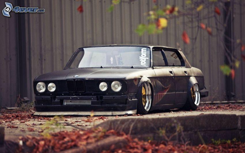 BMW E28, lowrider, herbstliche Blätter