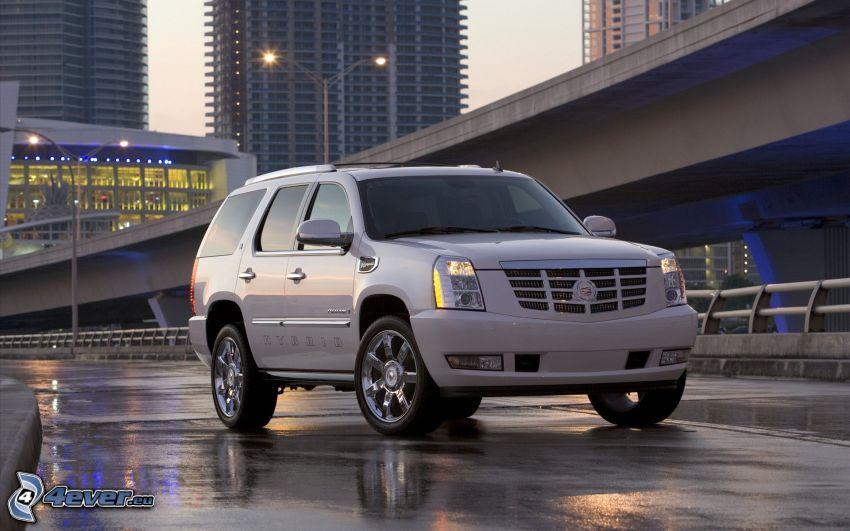 Cadillac Escalade, SUV, Hybrid, unter der Brücke