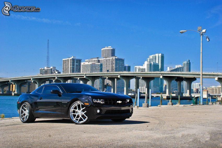 Chevrolet Camaro, Brücke, Wolkenkratzer, blauer Himmel
