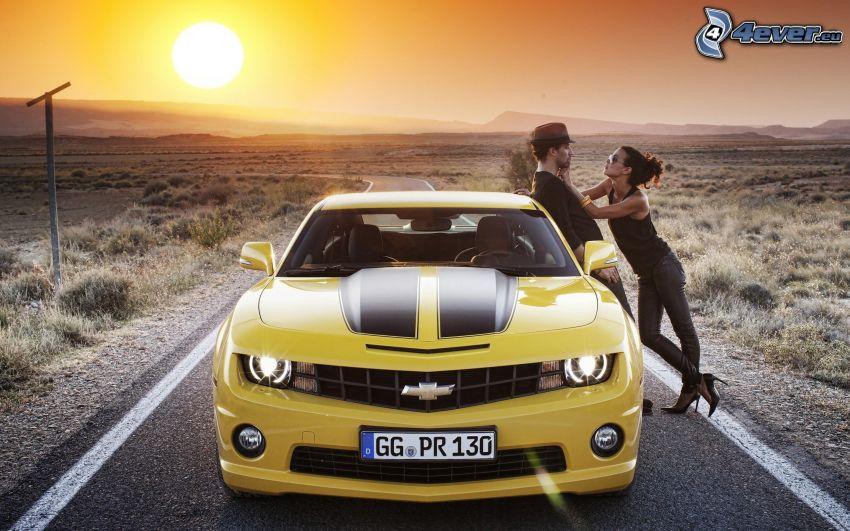 Chevrolet Camaro, Vorderteil, Mann und Frau, Sonnenaufgang, Straße