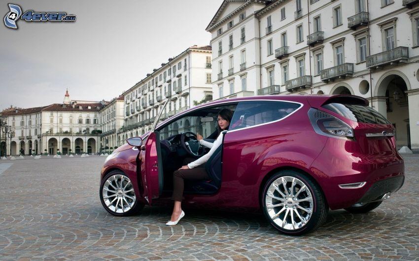 Ford Verve, Frau im Auto, Platz, Bürgersteig, Gebäude