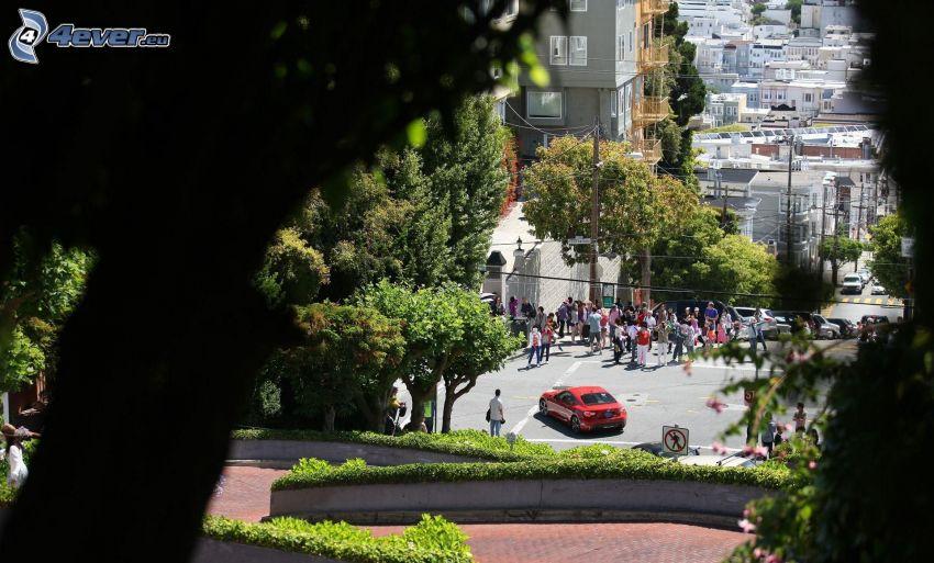 Lombard Street, San Francisco, Nissan, Blick auf die Stadt, Menschen, Bäume