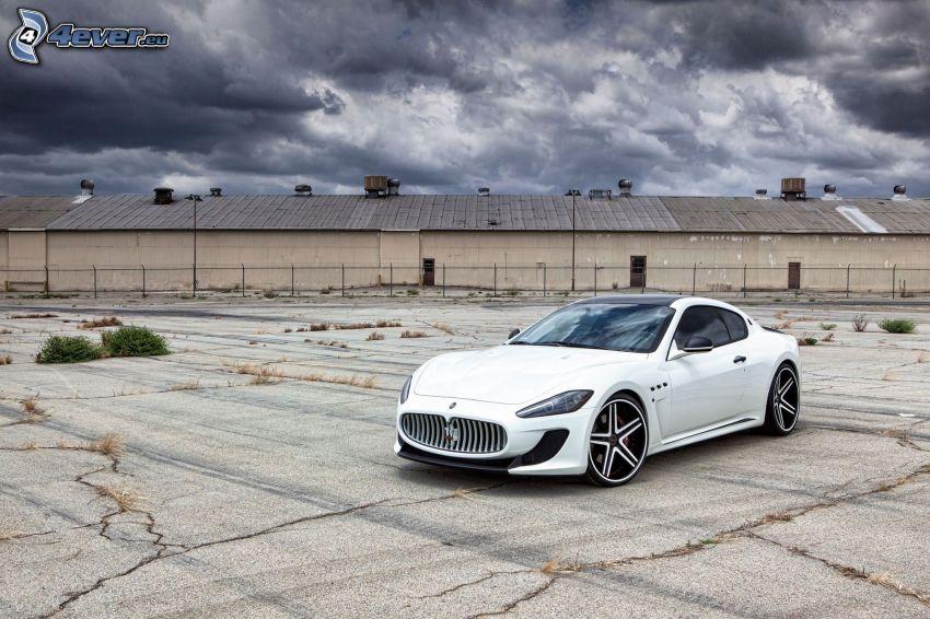 Maserati GranTurismo, dunkle Wolken, Gebäude