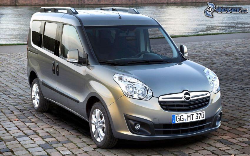 Opel Combo, Bürgersteig, Wasser