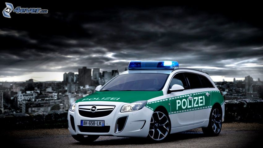 Opel Insignia OPC, Polizeiauto, dunkle Wolken, City