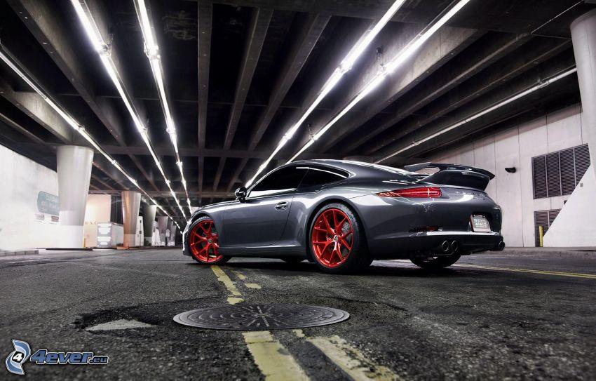 Porsche 911 Carrera S, unter der Brücke