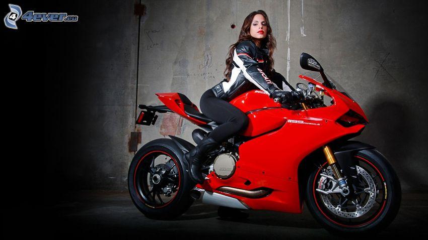 Ducati 1199 Panigale, sexy Brünette