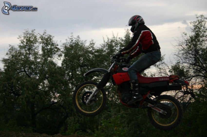 Sprung auf den Motorräd, motocross