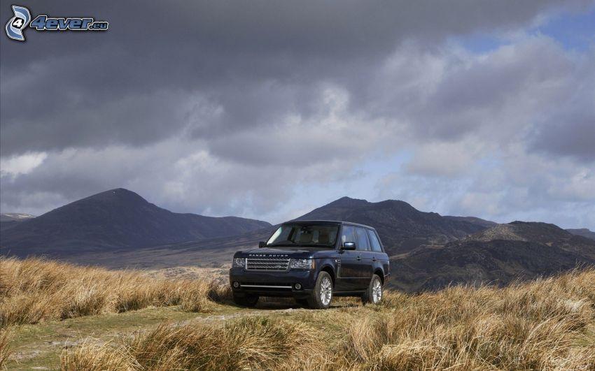 Range Rover, Berge, Wiese, dunkle Wolken