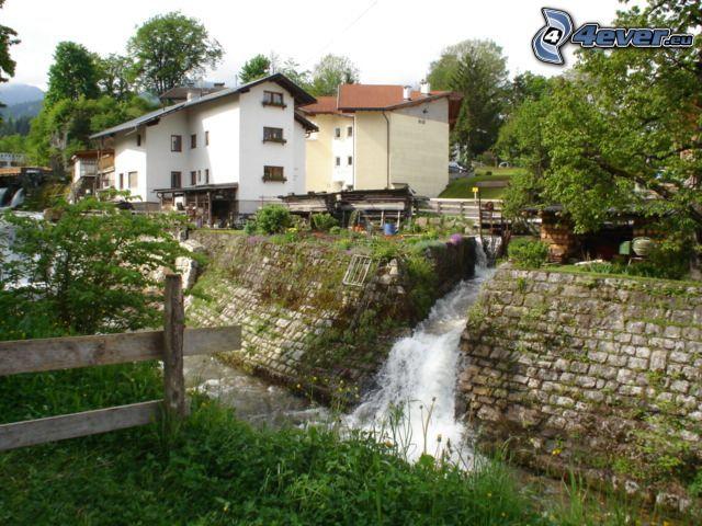 Bach durch das Dorf, Häuser, Bach, Wasserfall, Holzzaun