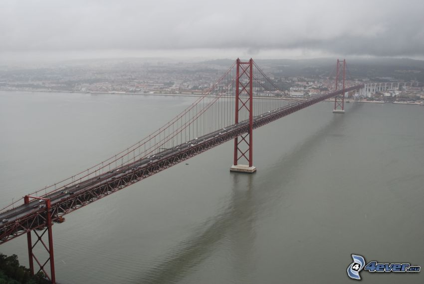 25 de Abril Bridge, Lissabon, Nebel, dunkle Wolken