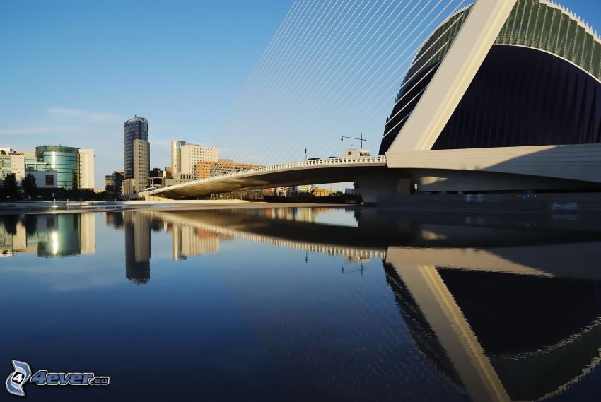 Assut de l'Or Bridge, Spiegelung, Wolkenkratzer
