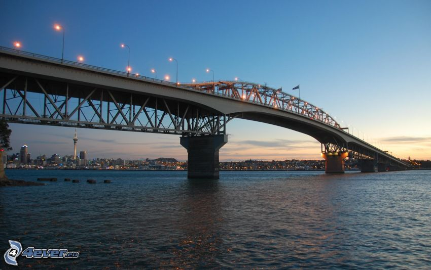 Auckland Harbour Bridge, abendliche Stadt