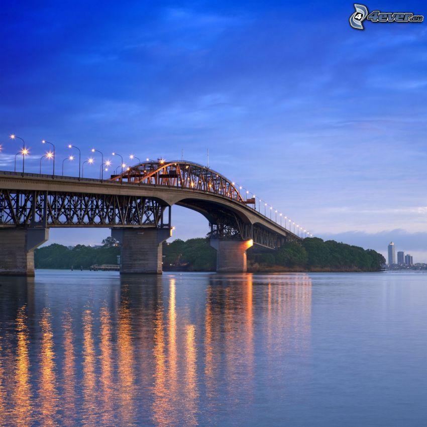 Auckland Harbour Bridge, beleuchtete Brücke, Abend