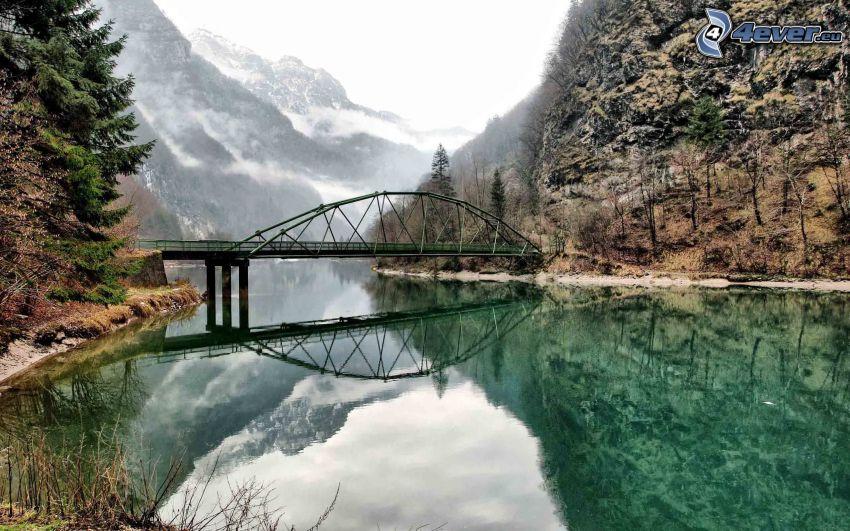 Brücke, Fluss, felsige Berge