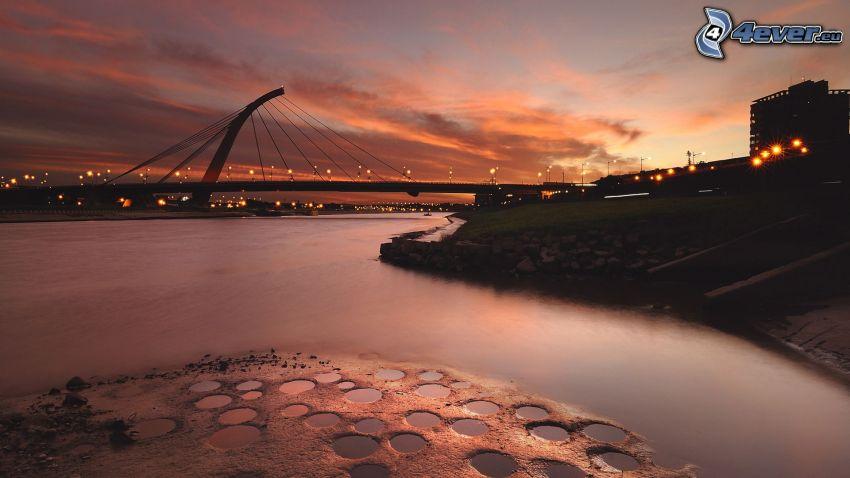 Fluss, moderne Brücke, Abend
