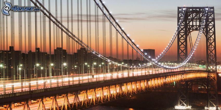 George Washington Bridge, beleuchtete Brücke, orange Himmel, abendliche Stadt