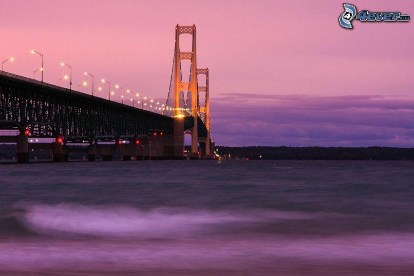 Mackinac Bridge, beleuchtete Brücke, lila Himmel