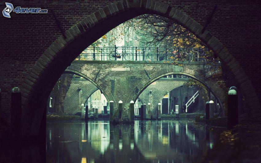 Steinbrücke, ruhige Wasseroberfläche, Fluss