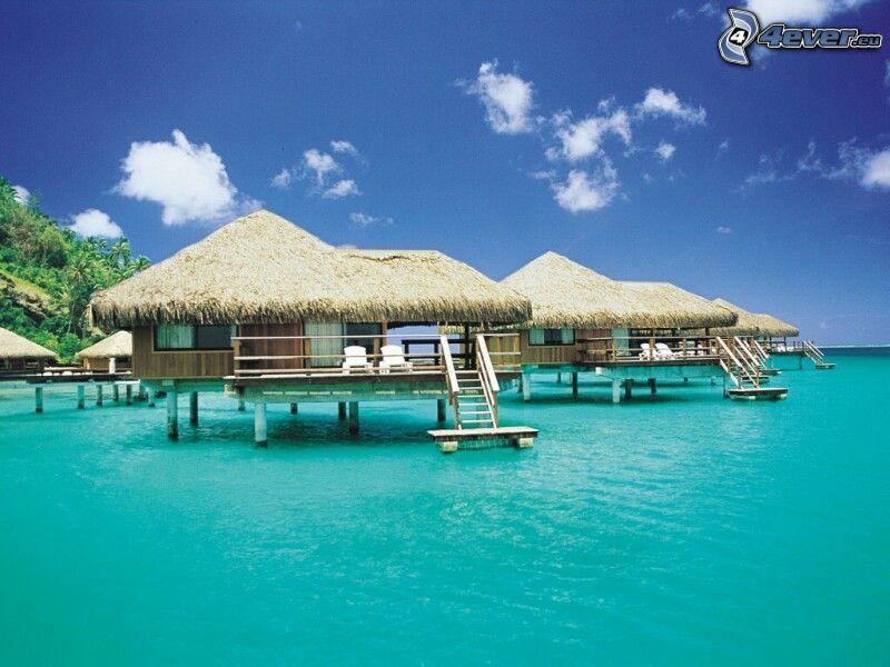 Häuser am Meer, Urlaub, azurblaues Meer
