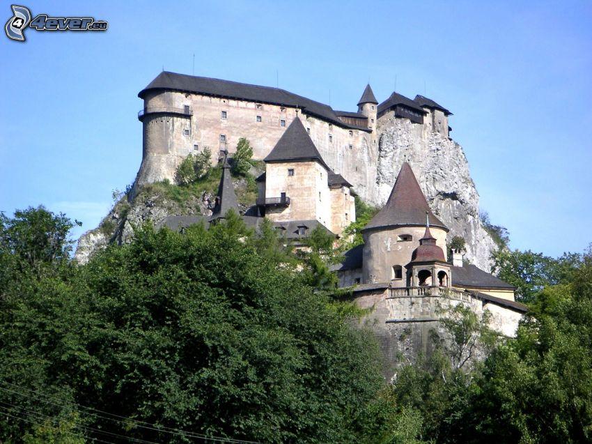 Burg Orava, grüne Bäume