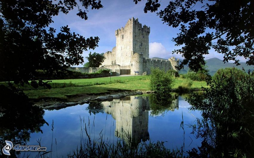 Burg Ross, Killarney National Park, ruhige Wasseroberfläche, Spiegelung