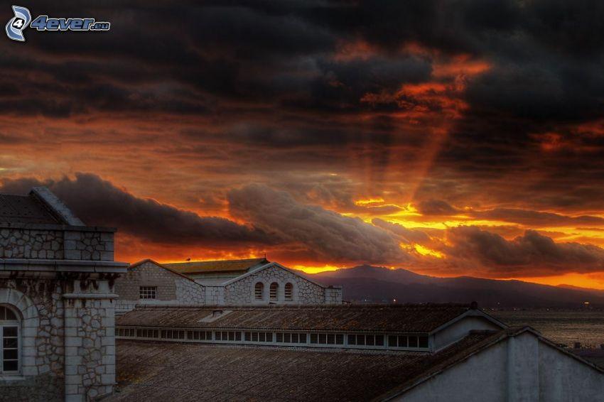 Dunkler Sonnenuntergang, Sonnenstrahlen, dunkle Wolken, Gibraltar