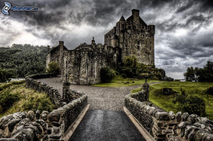 Eilean Donan, dunkle Wolken, Gehweg