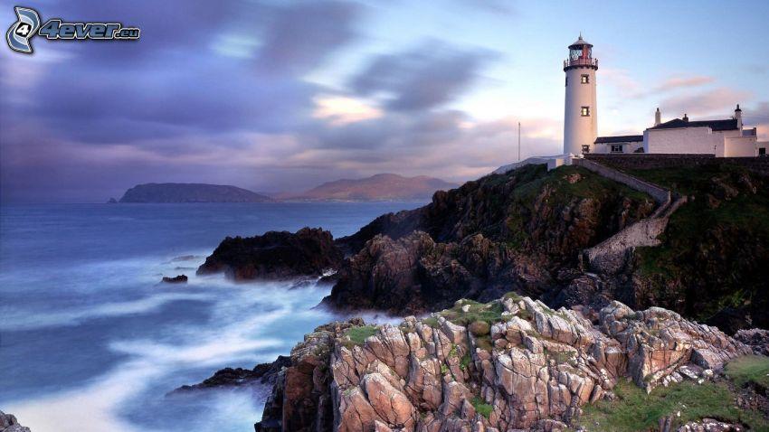 Leuchtturm auf der Klippe, felsige Küste, Meer