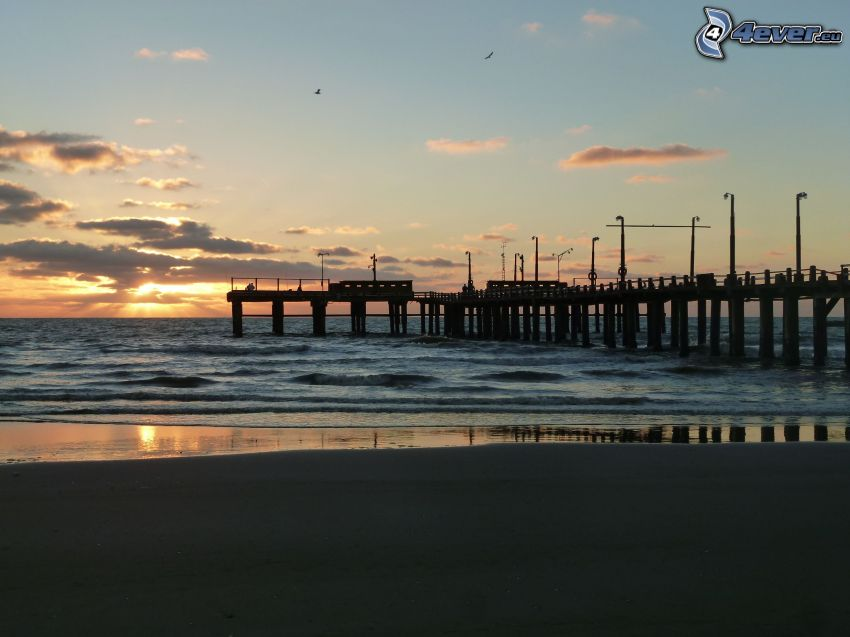 Holzsteg, Strand, Sonnenuntergang auf dem Meer