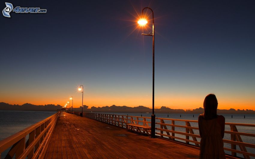 Holzsteg, Straßenlampen, See