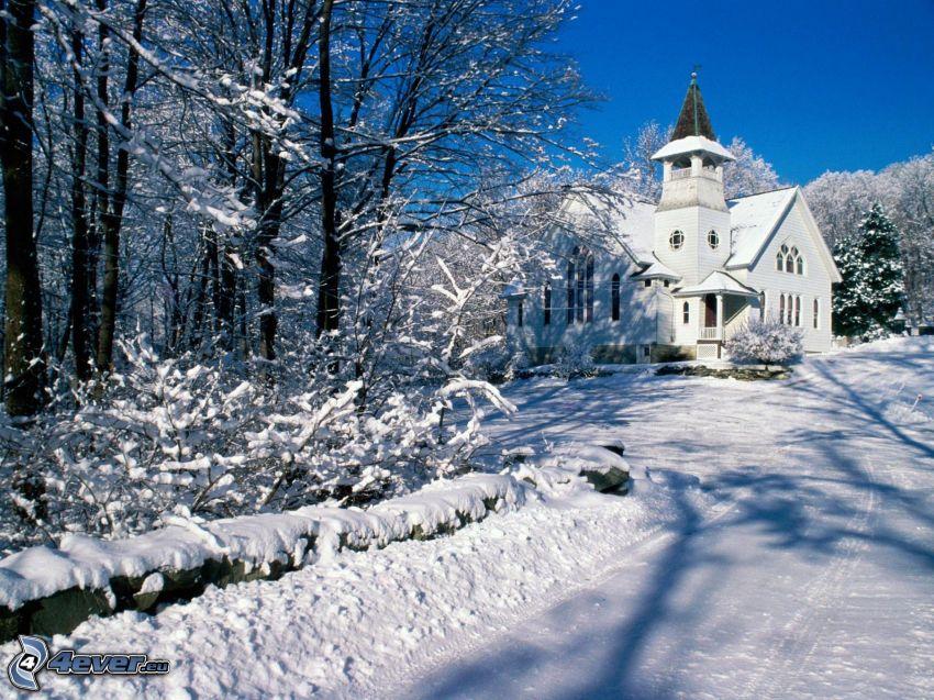 Kirche, schneebedeckte Straße