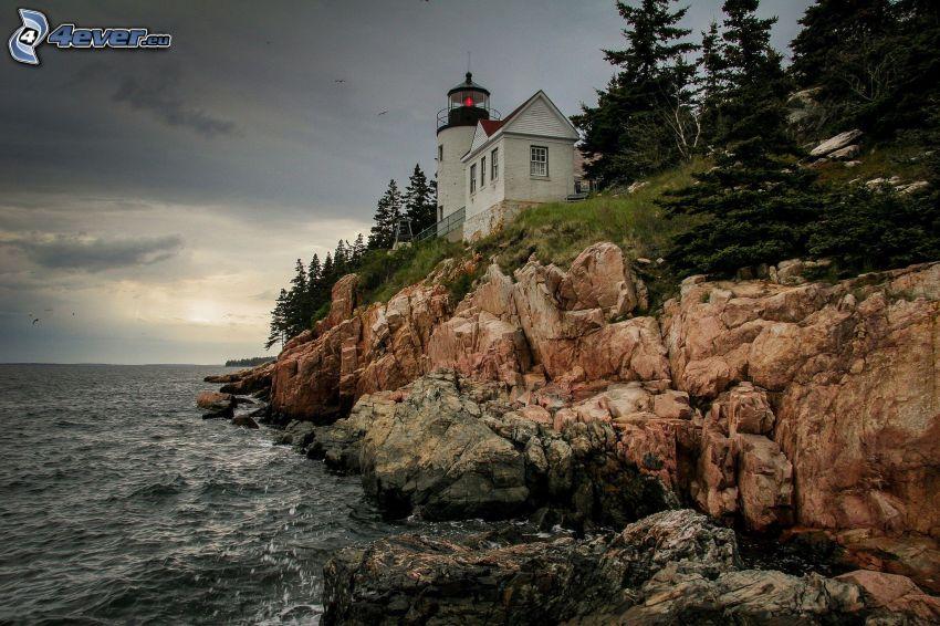 Leuchtturm auf der Klippe, Haus, felsige Küste, Meer