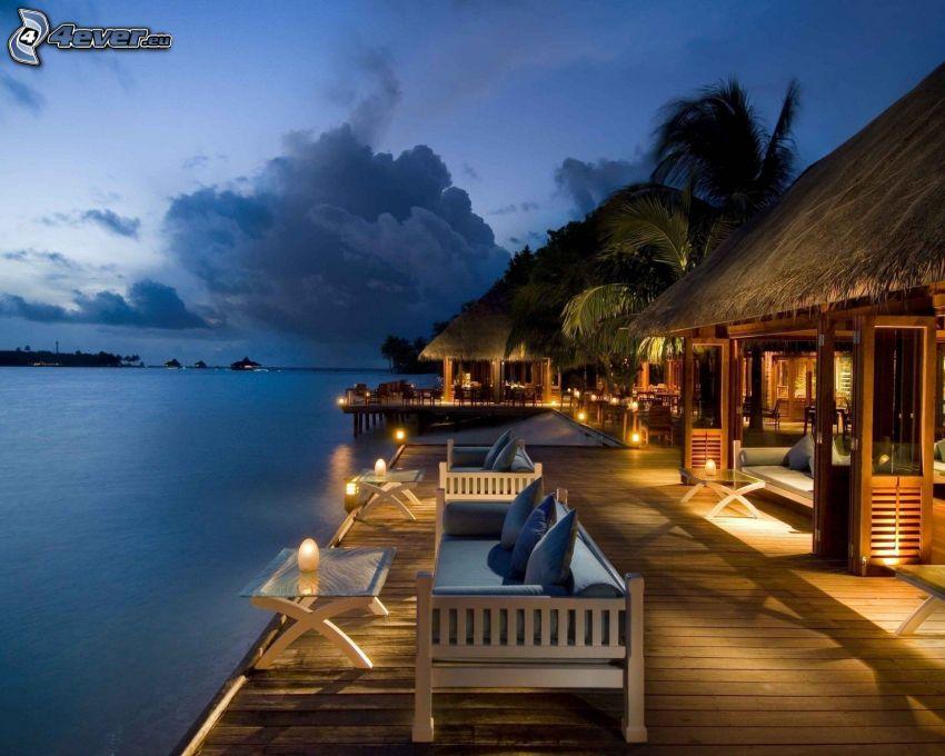 maritime Urlaubshütten, Meer, Bänke, Abend, Beleuchtung, Holzsteg