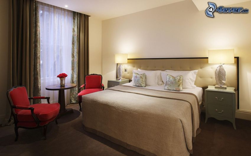 Schlafzimmer, Doppelbett, Armstühle, Fenster