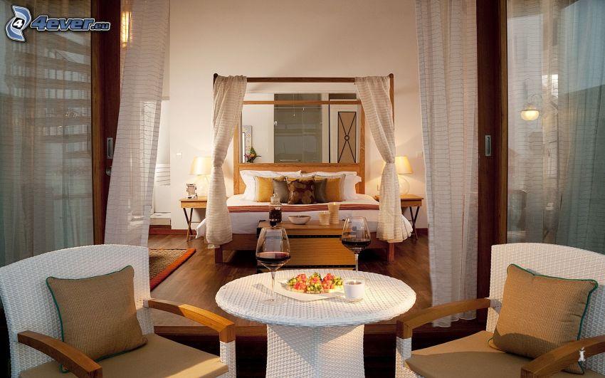 Schlafzimmer, Doppelbett, Armstühle, Tür