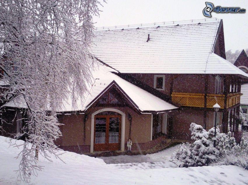 schneebedeckte Hütte, Orava